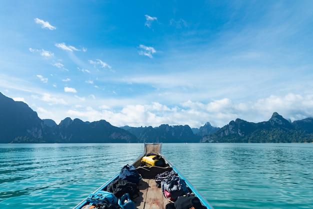 画像完璧な熱帯湾の伝統的な木製ボート