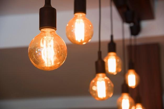カフェで装飾的な電球