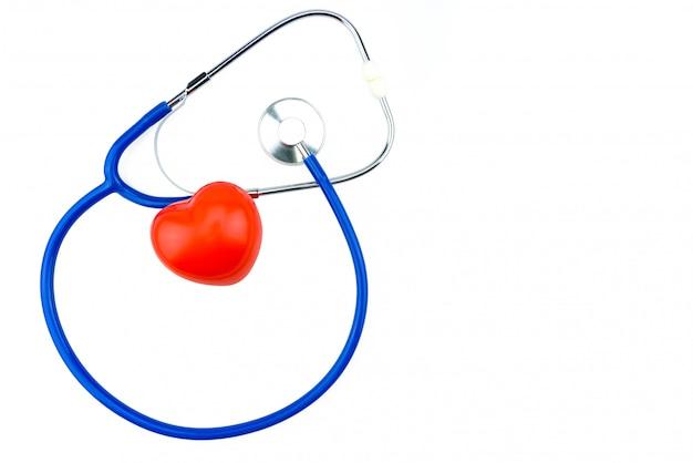 分離された青の聴診器と白い背景の赤いハート