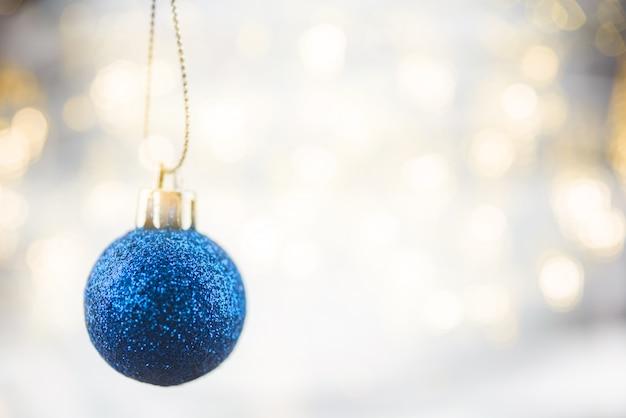 掛かるボール飾りとメリークリスマスコンセプト