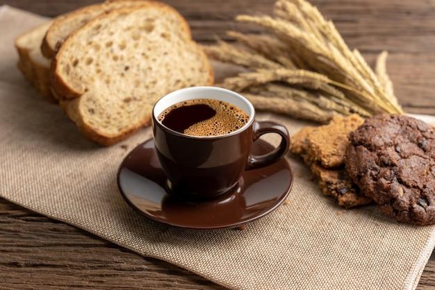 Чашка горячего кофе и завтрак