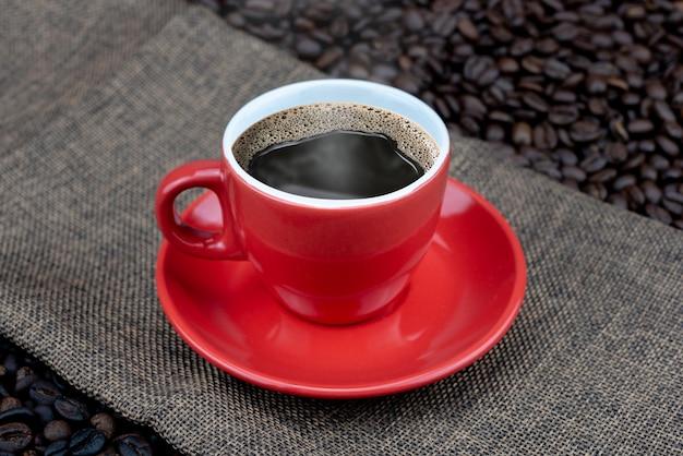 Кофейная чашка на кофейных зернах