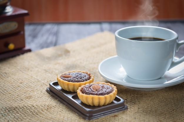 ブラウニータルトとコーヒーカップとコーヒー豆