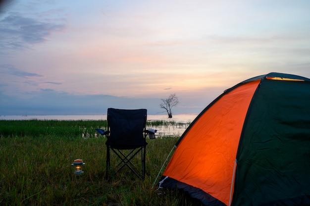 Палатка и стулья у озера