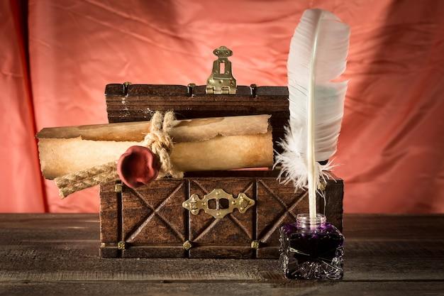 胸の密閉スクロール近くの羽を持つ古い机
