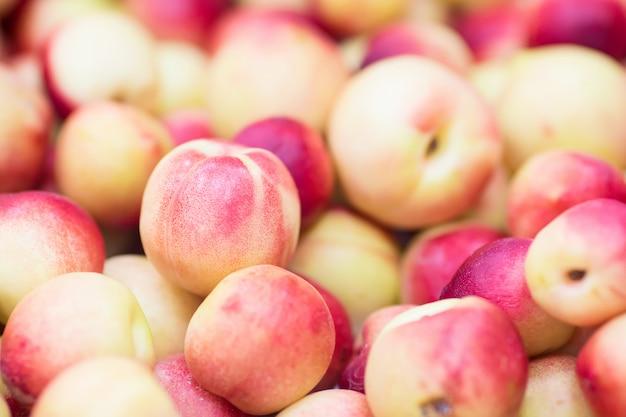 Персики нектарины крупным планом фруктов