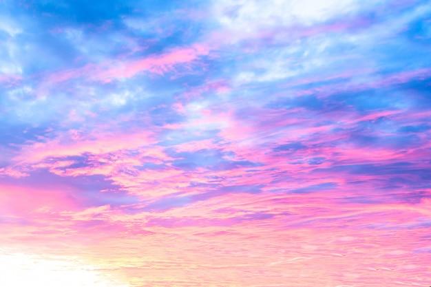 美しいカラフルな夕焼けと日の出の空の背景