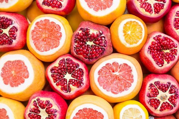 イスタンブールの市場で多くの果物の背景を開きました