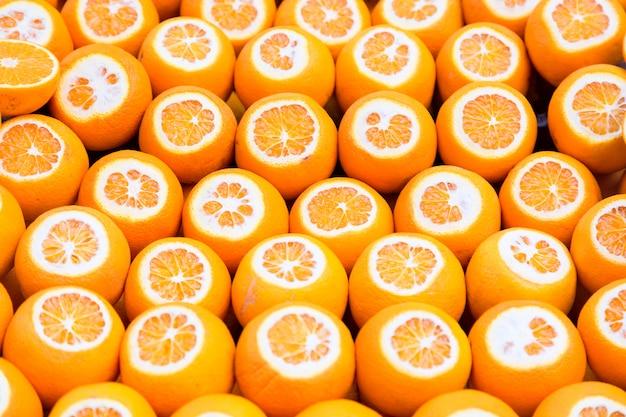 晴れた日の間にトルコのイスタンブールの市場で多くのオレンジ色の果物。