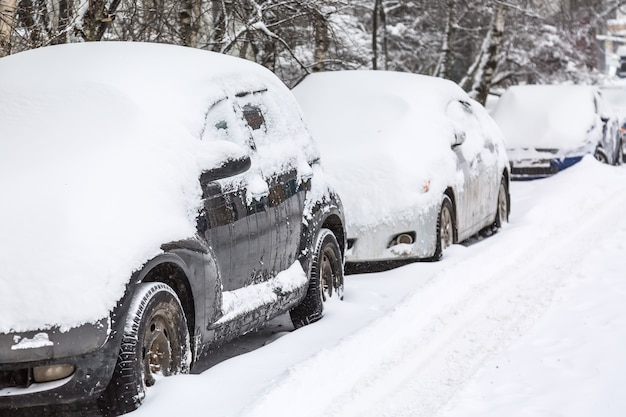 Парковка машин после снегопада