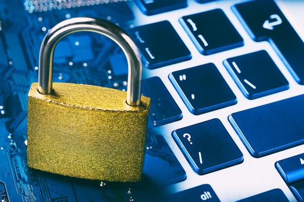 コンピューターのマザーボードとキーボードの南京錠。