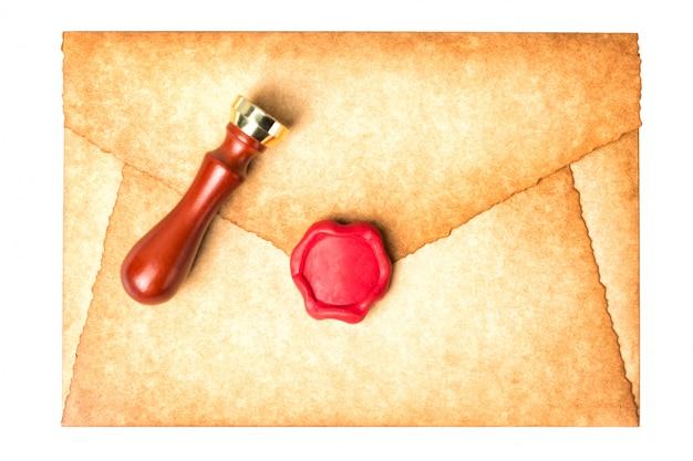 Старый винтаж сожгли письмо конверт с сургучной печатью изолированные