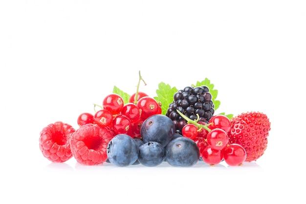 Макрос выстрел из свежей малины, черники, ежевики, красной смородины и ежевики с листьями, изолированные на белом фоне.