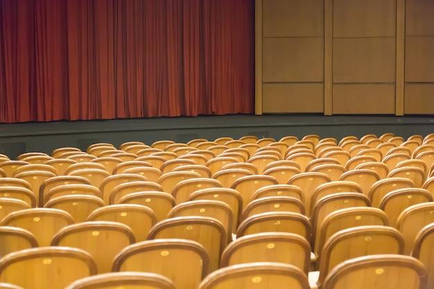 茶色のヴィンテージは劇場の肘掛け椅子に座っています。