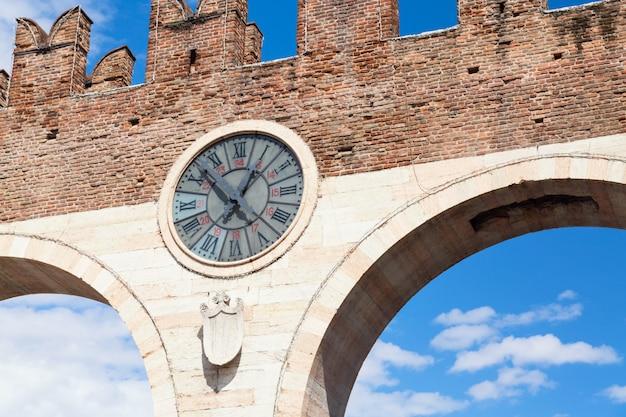 中世のポルタヌオーヴァの古い時計、ヴェローナの旧市街への門。ヴェローナのブラ広場。イタリア、ヴェネト州。