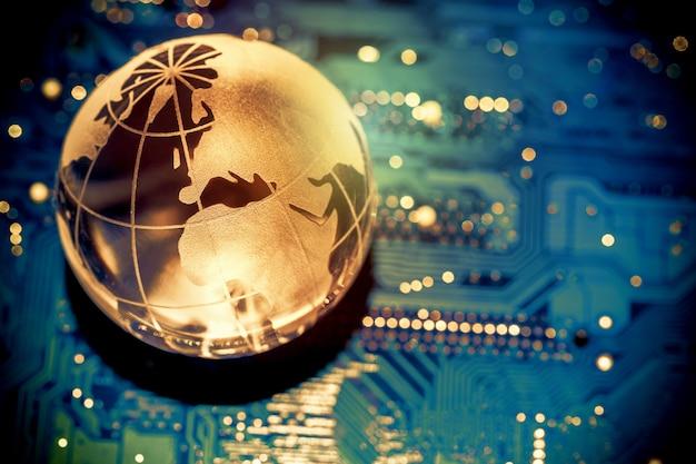 コンピューターのマザーボード上の世界の透明な地球