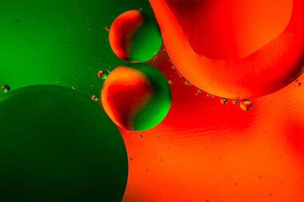 油滴と水面の背景に反射とカラフルな抽象的な