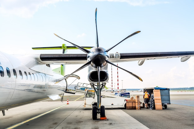 晴れた空の空港での航空機エンジンのプロペラブレード