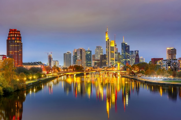 日没時にドイツのフランクフルトのスカイラインの街並み。