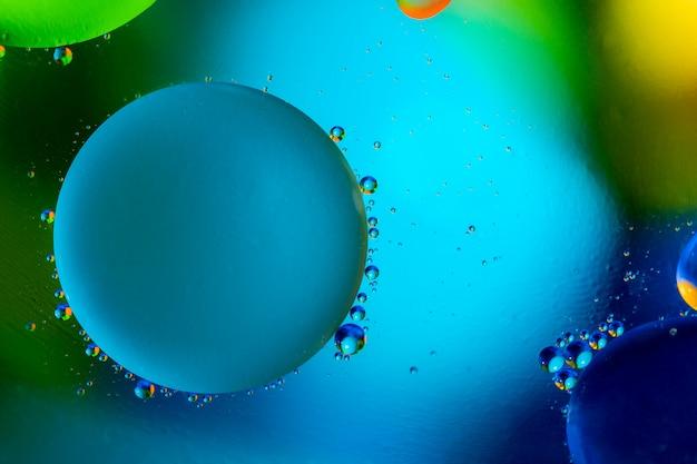 混合水と油から美しい色の抽象的な背景。
