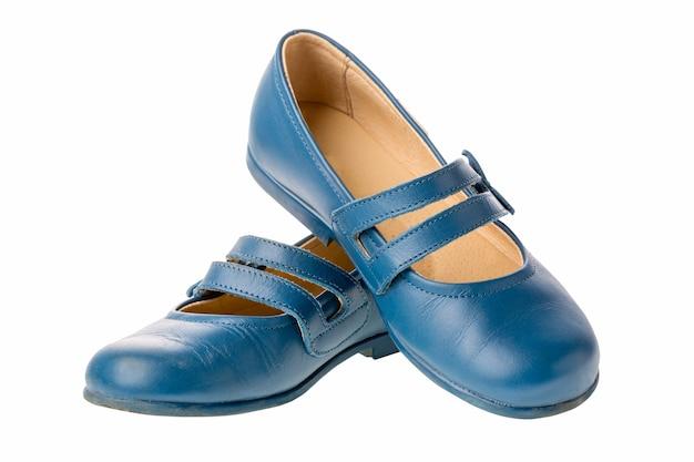 白い背景で隔離の女の子のための青い子供革の靴