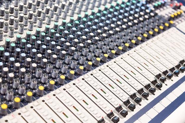 ボタンとスライダー付きのオーディオサウンドミキサーコンソール