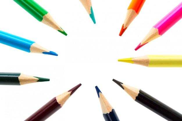 白い背景に分離されたカラフルな鉛筆をクローズアップ