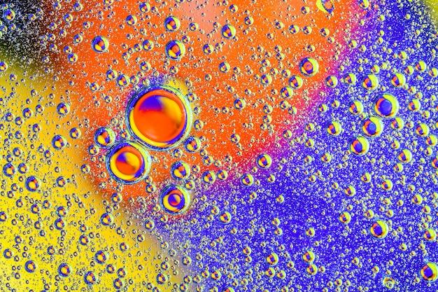カラフルな背景に水の気泡