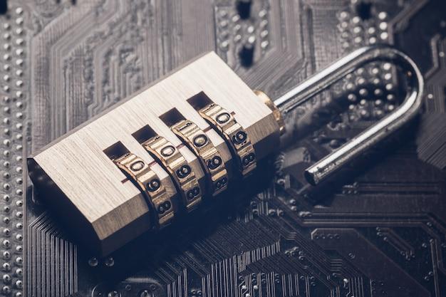 コンピューターのマザーボードの南京錠を開きました。