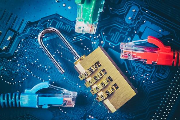 コンピューターのマザーボード上の開いた南京錠近くのネットワークイーサネットケーブル