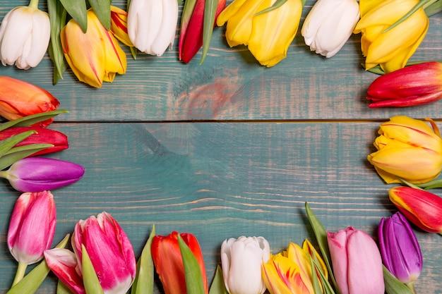 Красочные весенние тюльпаны цветы на зеленом фоне деревянной раме