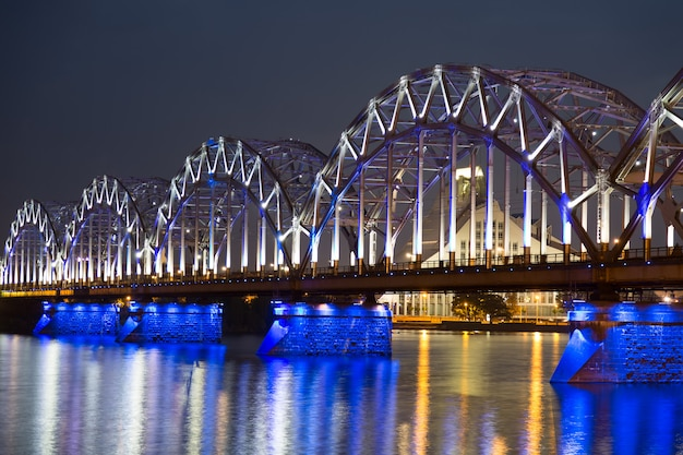 ラトビア、リガの夜の鉄道橋