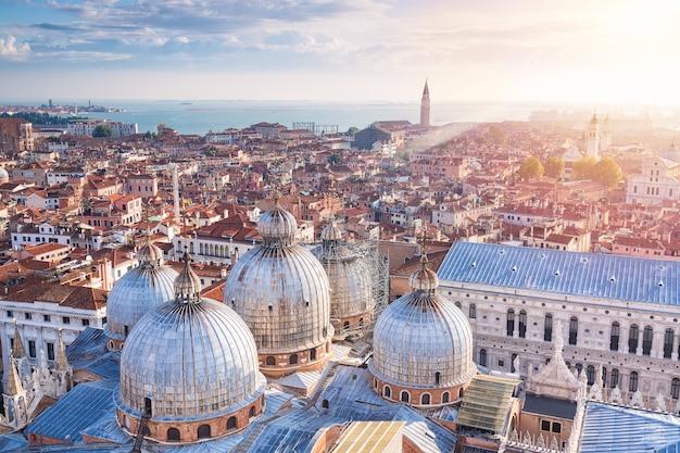 イタリア、ベニスの街の景色を望むサンマルコ寺院のドームの空撮。サンジョルジョマッジョーレ教会