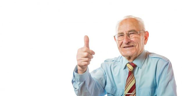 Портрет красивого европейского старшего старика показывая большие пальцы руки вверх показывать изолированный на белой предпосылке. свободное место