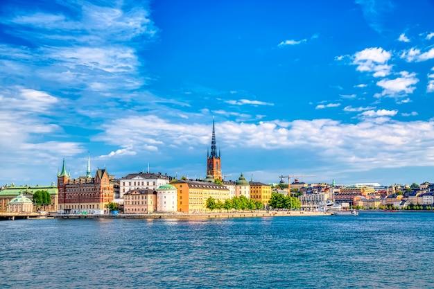 Красивый панорамный вид на стокгольм старый город гамла стан. летний солнечный день в стокгольме, швеция.