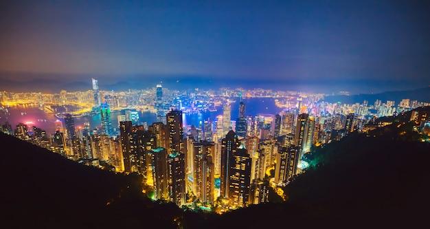 夕暮れ時の香港で最も有名な景色。香港の高層ビルのスカイラインの街並みの眺めは、ビクトリアピークから夕方に照らされました。中国の特別行政区である香港。