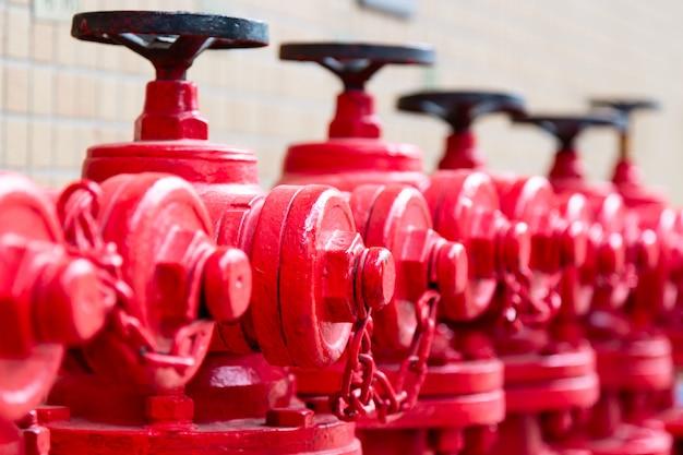 中国の広州にある赤い消火栓のライン。