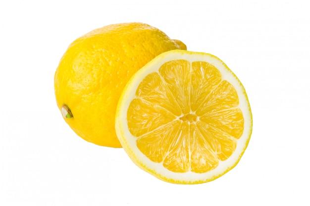 Свежий изолированный лимон