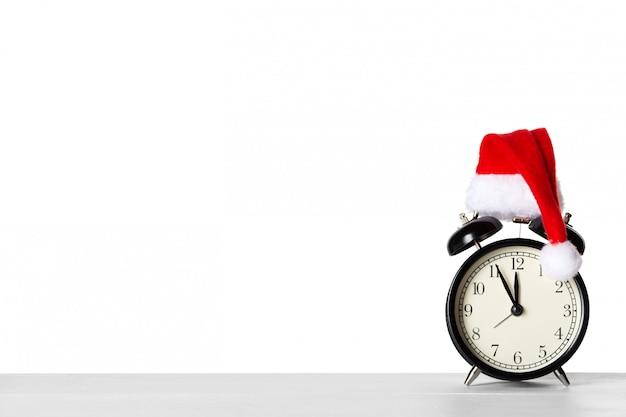 サンタクロースの帽子とビンテージの目覚まし時計