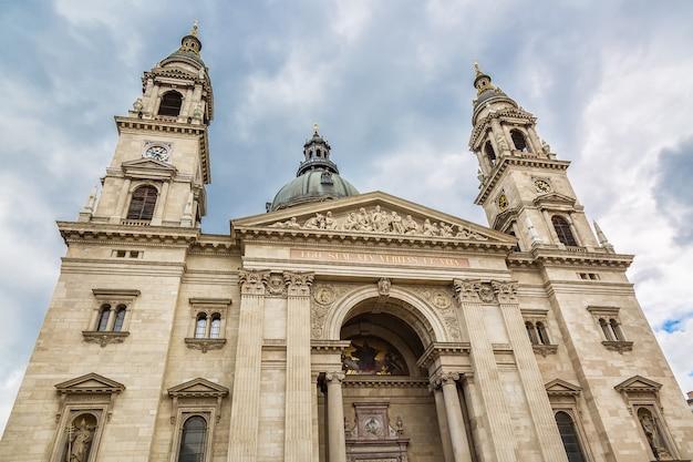 ハンガリー、ブダペストの聖シュテファン大聖堂と曇り空