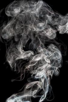 黒の背景に美しい白い煙