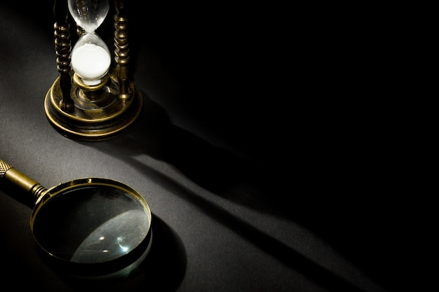 影付きの虫眼鏡で古いビンテージ砂時計