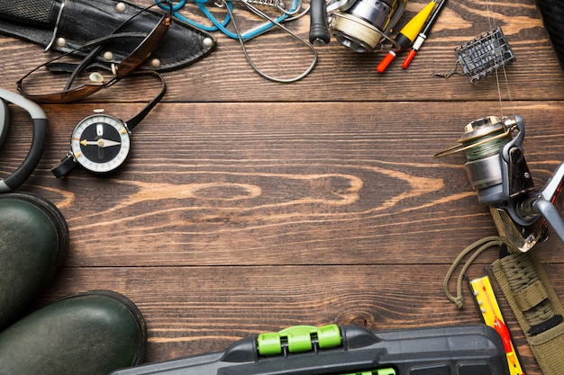 ゴム長靴、釣りボックス、リール、釣りブイと釣りフレームの背景