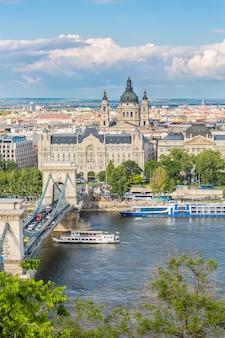 ハンガリー、ブダペストのブダ城地区からの鎖橋、ドナウ川、聖イストヴァンのバジルの澄んだ春の日の眺め