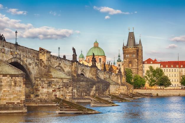 プラハ、チェコ共和国の有名な景色、素敵な夏の日の間に歴史的なカレル橋とヴルタヴァ川