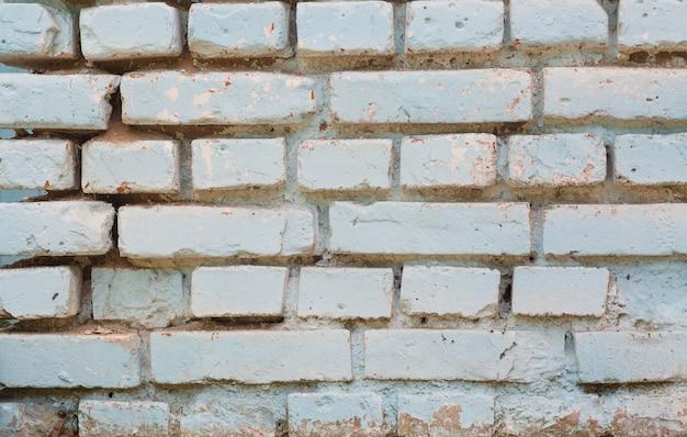 Белая старая кирпичная стена