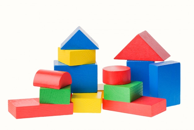 白で隔離の子供のための木製のビルディングブロック