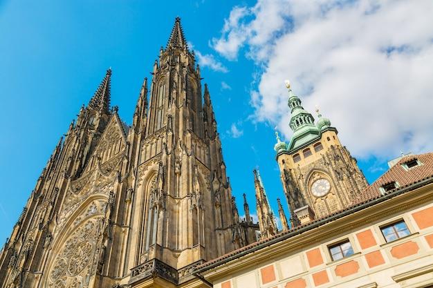 プラハ城、プラハ、チェコ共和国の青い空と聖ヴィートのゴシック様式の大聖堂のクローズアップビュー