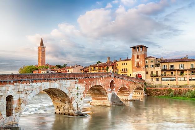Знаменитая достопримечательность вероны. понте ди пьетра через реку адидже во время восхода солнца.