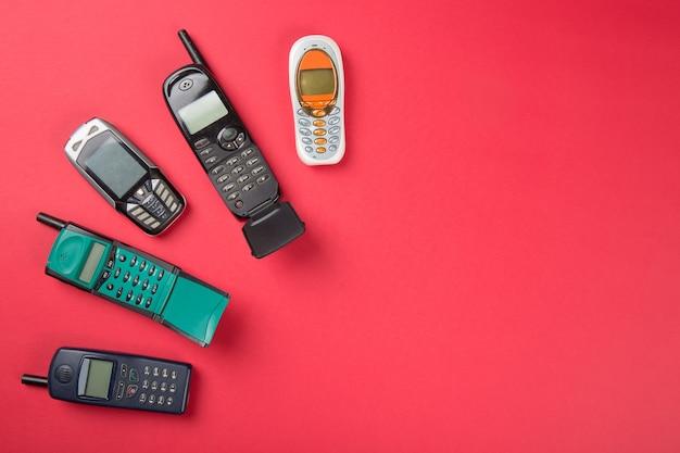 Старые мобильные телефоны на красном